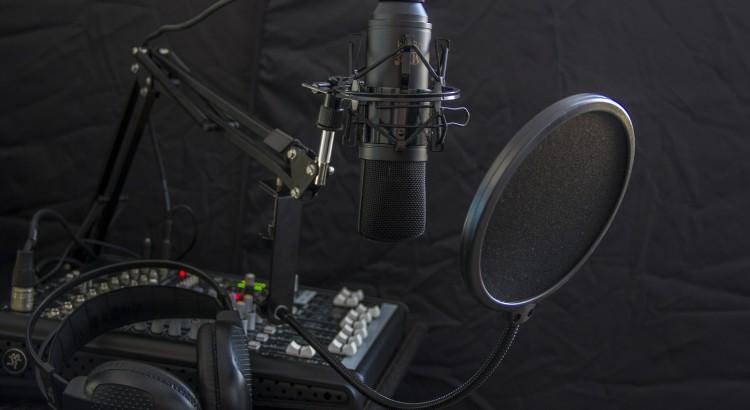 Microfono, mixer e cuffie